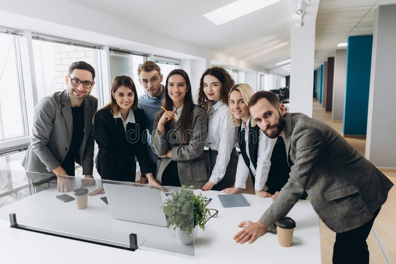 Επιτυχής ομάδα στην εργασία Ομάδα νέων επιχειρηματιών που εργάζονται και που επικοινωνούν μαζί στο δημιουργικό γραφείο στοκ φωτογραφίες