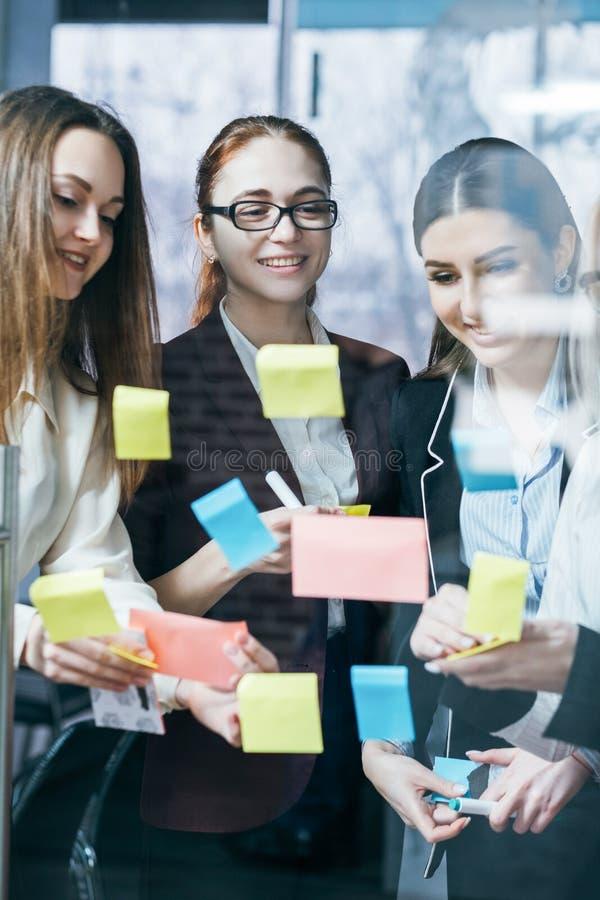 Επιτυχής στρατηγική 'brainstorming' επιχειρησιακών ομάδων στοκ εικόνες
