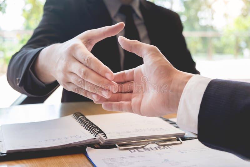 Επιχείρηση, σταδιοδρομία και έννοιας, προϊσταμένων και υπαλλήλων τοποθέτησης χειραψία μετά από τις επιτυχή διαπραγματεύσεις ή τη  στοκ φωτογραφίες με δικαίωμα ελεύθερης χρήσης
