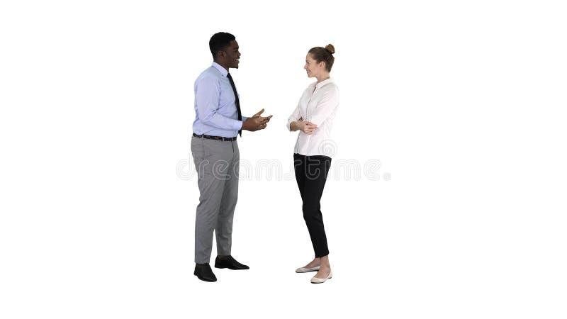 Επιχειρηματίας αφροαμερικάνων που εξηγεί κάτι στο συνάδελφό του στο άσπρο υπόβαθρο στοκ εικόνες