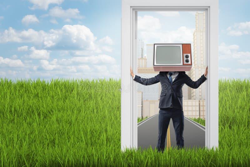 Επιχειρηματίας με την παλαιά συσκευή τηλεόρασης αντί του κεφαλιού που στέκεται σε μια πόρτα από την πόλη στη χώρα διανυσματική απεικόνιση