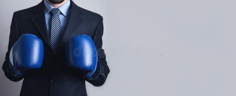 Επιχειρηματίας στα εγκιβωτίζοντας γάντια Επιχείρηση, δύναμη, αθλητισμός στοκ φωτογραφία με δικαίωμα ελεύθερης χρήσης