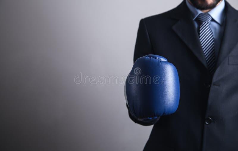 Επιχειρηματίας στα εγκιβωτίζοντας γάντια Επιχείρηση, δύναμη, αθλητισμός στοκ εικόνα