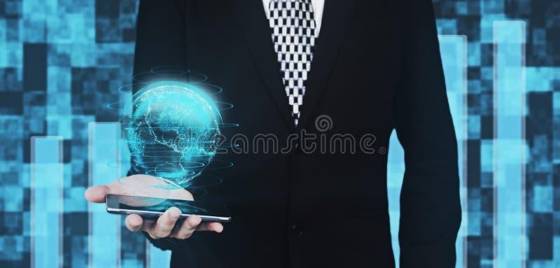 Επιχειρηματίας στη μαύρη εκμετάλλευση Smartphone κοστουμιών υπό εξέταση ενώ προβάλλοντας ψηφιακή διεπαφή Hud σφαιρών στο φουτουρι απεικόνιση αποθεμάτων
