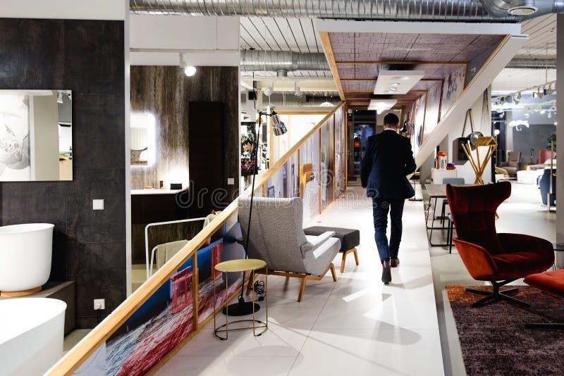 Επιχειρηματίας που αφήνει το γραφείο - άτομο στο κοστούμι που περπατά στο διάστημα τέχνης στοκ φωτογραφίες