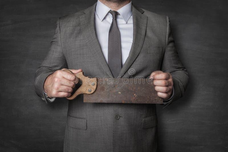 Επιχειρηματίας που κρατά το εκλεκτής ποιότητας πριόνι στοκ φωτογραφίες με δικαίωμα ελεύθερης χρήσης