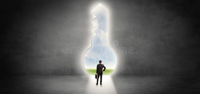 Επιχειρηματίας που στέκεται σε μια μεγάλη κλειδαρότρυπα απεικόνιση αποθεμάτων