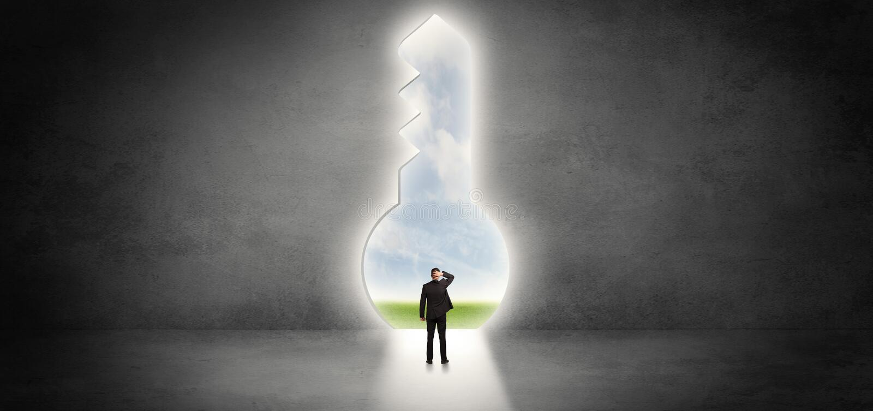 Επιχειρηματίας που στέκεται σε μια μεγάλη κλειδαρότρυπα ελεύθερη απεικόνιση δικαιώματος