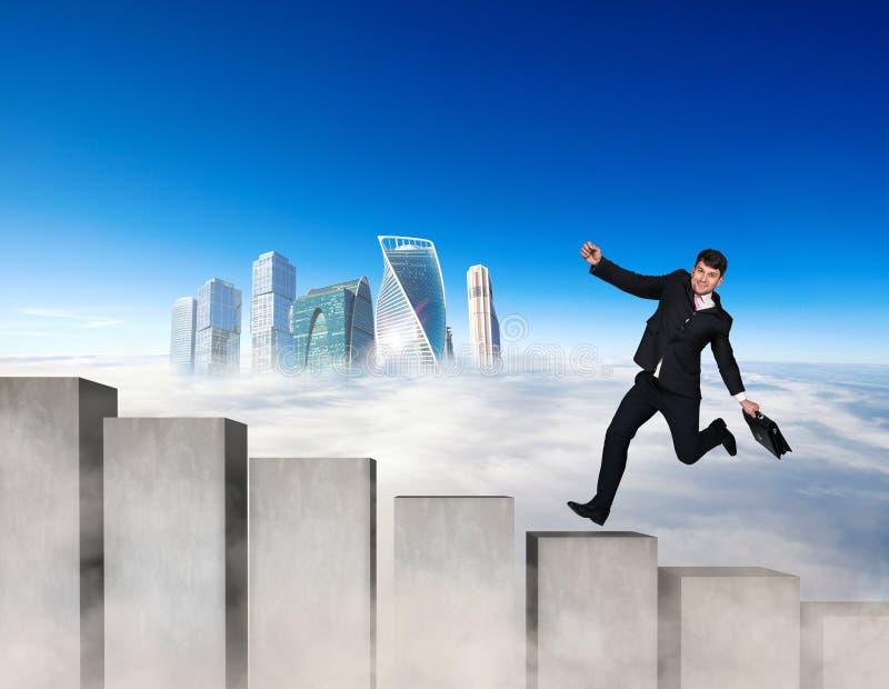 Επιχειρηματίας που τρέχει στους συγκεκριμένους φραγμούς σκαλοπατιών στοκ φωτογραφία με δικαίωμα ελεύθερης χρήσης