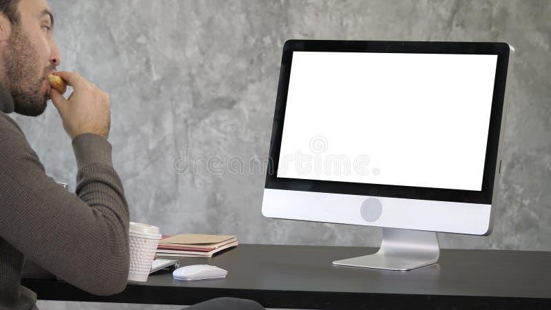 Επιχειρηματίας που τρώει τα τρόφιμα ενώ έχοντας μια κλήση Διαδικτύου Άσπρη παρουσίαση στοκ φωτογραφία με δικαίωμα ελεύθερης χρήσης