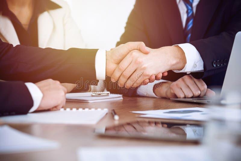 Επιχειρηματίες που τινάζουν τα χέρια στη συνεδρίαση ή τη διαπραγμάτευση στο γραφείο Έννοια χειραψιών Οι συνεργάτες ικανοποιούν επ στοκ εικόνες