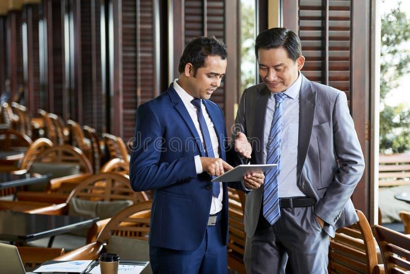 Επιχειρηματίες που χρησιμοποιούν το PC ταμπλετών στοκ εικόνες