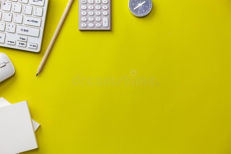 Επιχειρησιακά αντικείμενα στο κίτρινο υπόβαθρο, έννοια επιχειρησιακής κατεύθυνσης στοκ φωτογραφία με δικαίωμα ελεύθερης χρήσης