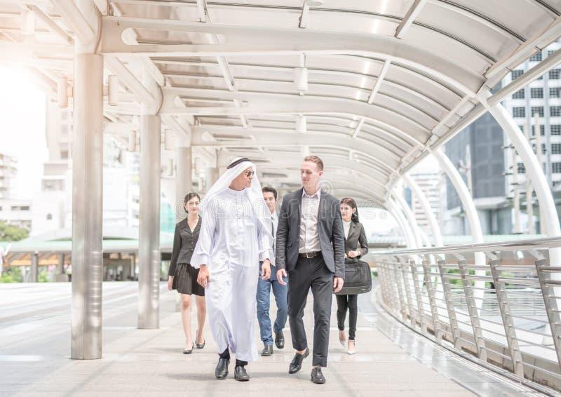 Επιχειρησιακές διαπραγματεύσεις περιπάτων και συζήτησης επιχειρησιακών αραβικές και διεθνείς επιχειρηματιών στοκ φωτογραφία με δικαίωμα ελεύθερης χρήσης