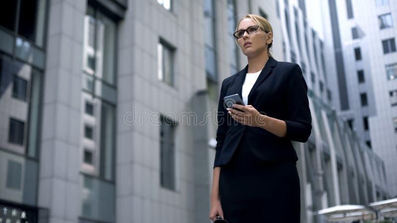 Επιχειρησιακή κυρία που λαμβάνει το ηλεκτρονικό ταχυδρομείο με τις κακές ειδήσεις, διάκριση δικαιωμάτων της γυναίκας στοκ εικόνες με δικαίωμα ελεύθερης χρήσης
