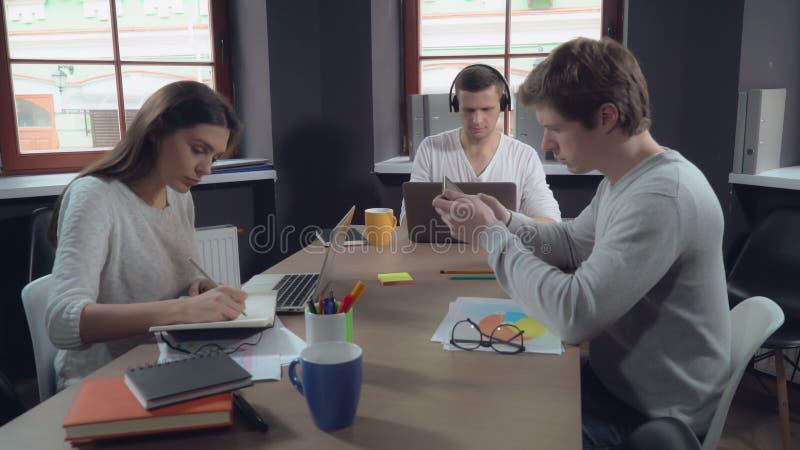 Επιχειρησιακή ομάδα εργάσιμης ημέρας στοκ φωτογραφίες με δικαίωμα ελεύθερης χρήσης