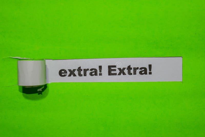 Επιπλέον! Επιπλέον! , Έννοια έμπνευσης και επιχειρήσεων σε πράσινο σχισμένο χαρτί στοκ φωτογραφίες