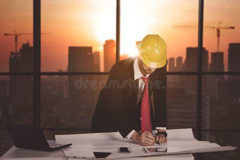 Επόπτης κατασκευής που εργάζεται στο γραφείο στοκ φωτογραφίες με δικαίωμα ελεύθερης χρήσης