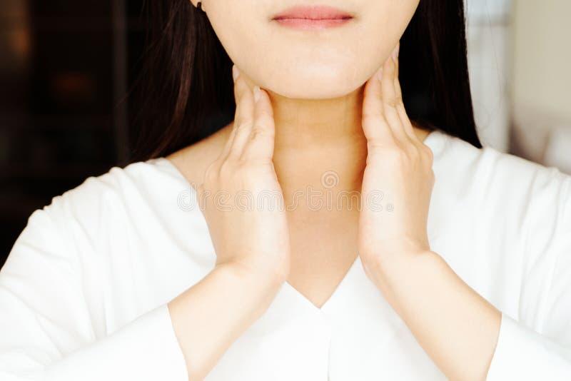 Επώδυνος λαιμός γυναικών και αμυγδαλίτιδα, υγειονομική περίθαλψη και έννοια αποκατάστασης ιατρικής στοκ φωτογραφία με δικαίωμα ελεύθερης χρήσης