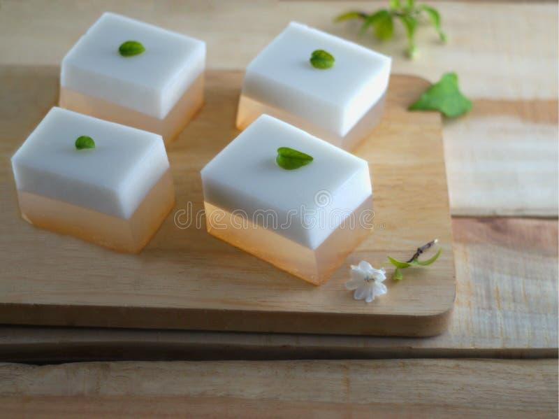 Ζελατίνα καρύδων στο ξύλινο πιάτο στοκ φωτογραφία με δικαίωμα ελεύθερης χρήσης