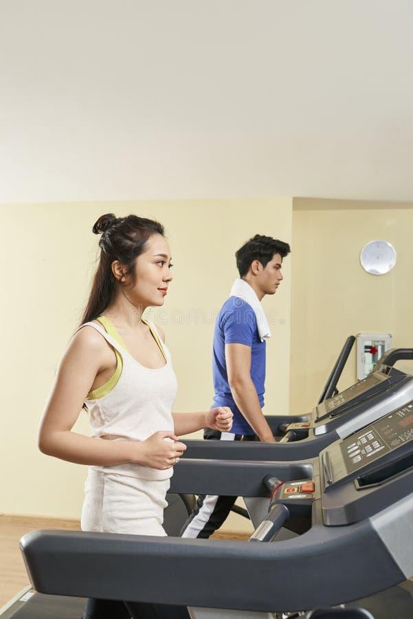 Ζεύγος που ασκεί treadmills στοκ εικόνα με δικαίωμα ελεύθερης χρήσης