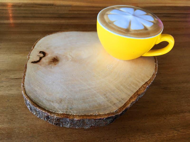 Ζεστό ποτό καφέ τέχνης Capucino με τα κίτρινα φλυτζάνια στοκ φωτογραφία με δικαίωμα ελεύθερης χρήσης