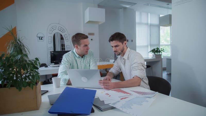 Ζευγάρι των συναδέλφων που εργάζονται στο γραφείο μαζί στα ξημερώματα στοκ εικόνες με δικαίωμα ελεύθερης χρήσης