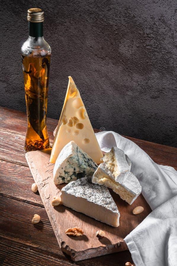 ζωή τυριών ακόμα Τυρί maasdamer, brie, camembert, vinograd, MED στοκ φωτογραφία με δικαίωμα ελεύθερης χρήσης
