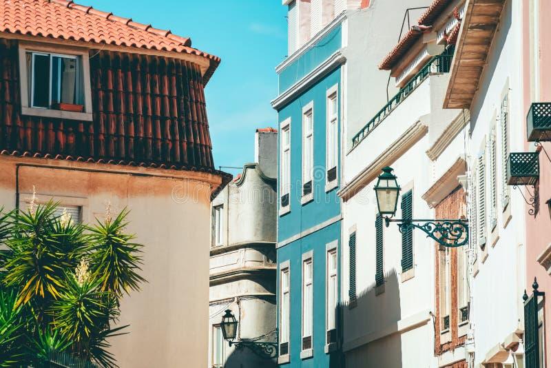 Ζωηρόχρωμα κτήρια στη στενή οδό στην πόλη του Κασκάις, Πορτογαλία στοκ εικόνα με δικαίωμα ελεύθερης χρήσης