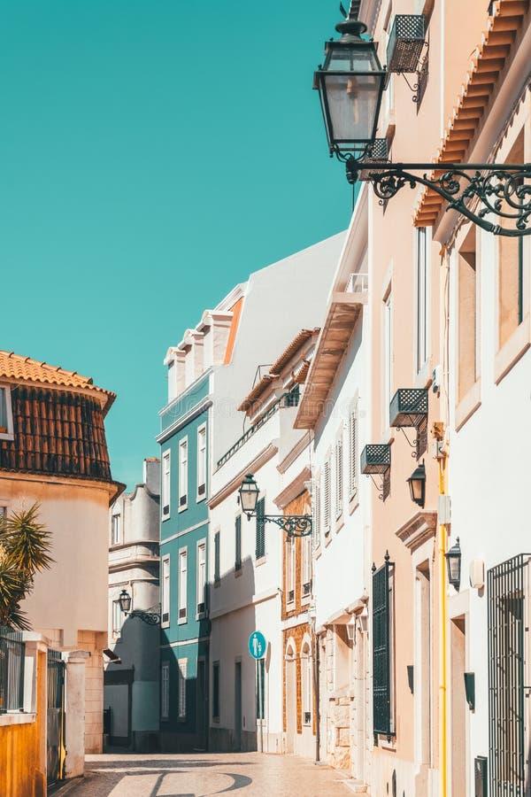 Ζωηρόχρωμα κτήρια στη στενή οδό στην πόλη του Κασκάις, Πορτογαλία στοκ φωτογραφία