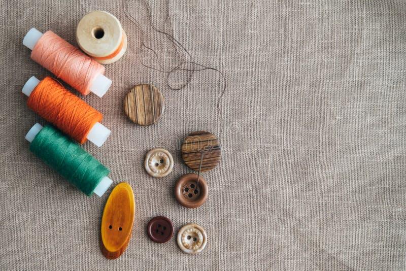 Ζωηρόχρωμα στροφία νημάτων που χρησιμοποιούνται στη βιομηχανία κλωστοϋφαντουργίας και τα κουμπιά στοκ εικόνα