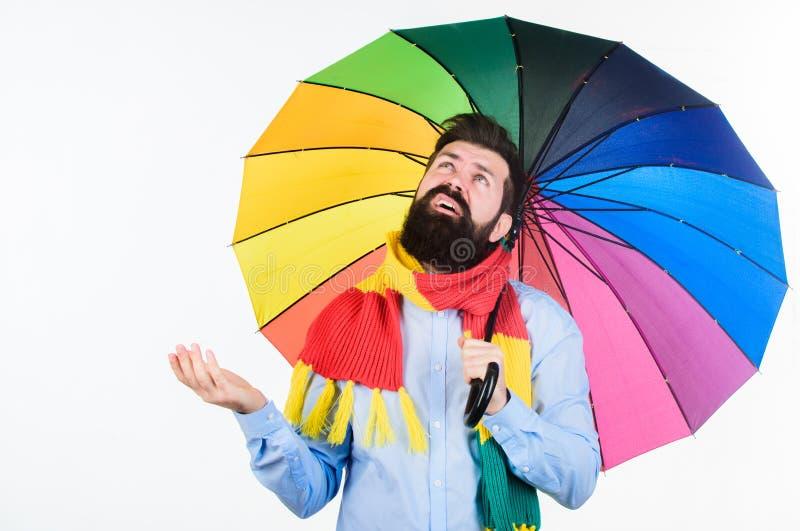 Ζωηρόχρωμη ομπρέλα λαβής hipster ατόμων γενειοφόρος Φαίνεται Οι βροχερές ημέρες μπορούν να είναι σκληρές να περάσουν Προετοιμασμέ στοκ φωτογραφία
