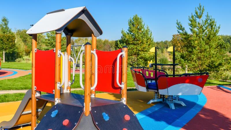 Ζωηρόχρωμη παιδική χαρά με τη φωτογραφική διαφάνεια σε ένα πάρκο πόλεων στοκ εικόνες