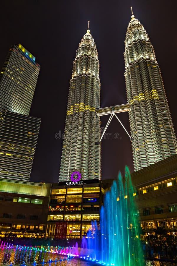 Ζωηρόχρωμοι μουσικοί δίδυμοι πύργοι Μαλαισία πηγών της Κουάλα Λουμπούρ τη νύχτα στοκ φωτογραφία με δικαίωμα ελεύθερης χρήσης