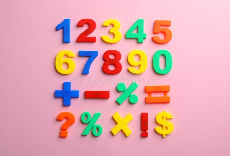 Ζωηρόχρωμοι πλαστικοί μαγνητικοί αριθμοί στο υπόβαθρο χρώματος στοκ εικόνες