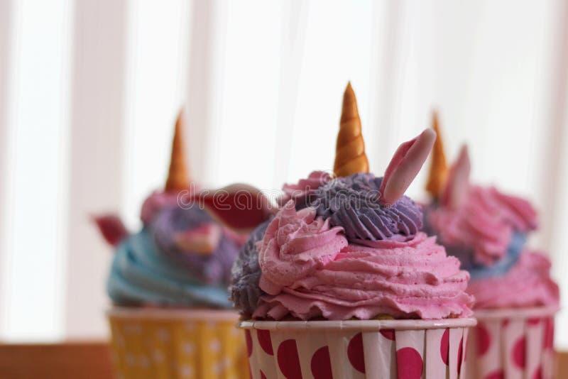 Ζωηρόχρωμος μονόκερος cupcake στο υπόβαθρο θαμπάδων στοκ φωτογραφία με δικαίωμα ελεύθερης χρήσης