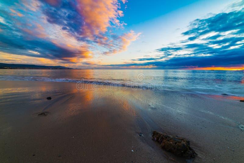 Ζωηρόχρωμος ουρανός πέρα από τη θάλασσα στο ηλιοβασίλεμα στοκ φωτογραφίες