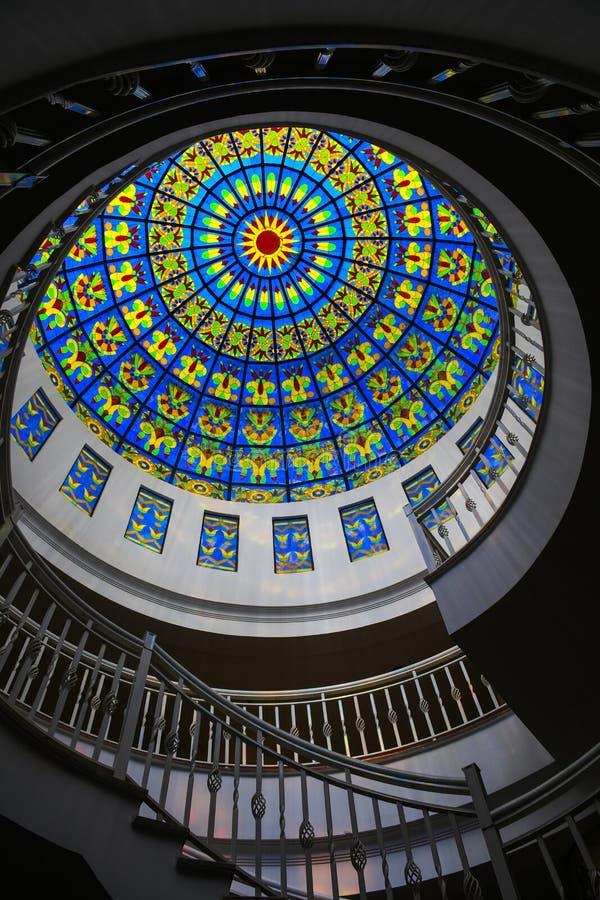 Ζωηρόχρωμο ανώτατο παράθυρο γυαλιού μέσα στη μεγάλη εκκλησία καθεδρικών ναών πάνω από τη στέγη στοκ φωτογραφία