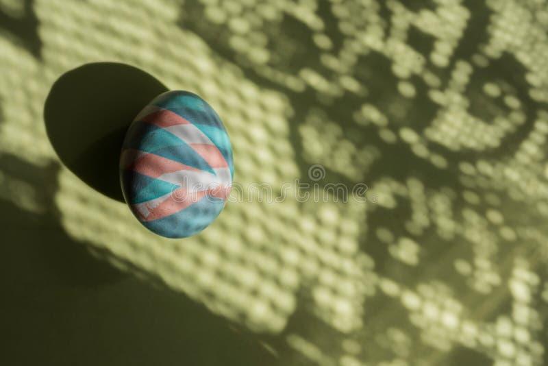 Ζωηρόχρωμο αυγό Πάσχα που χρωματίζεται με τις φυσικές χρωστικές ουσίες στις σκιές και το υπόβαθρο χρώματος στοκ εικόνα με δικαίωμα ελεύθερης χρήσης