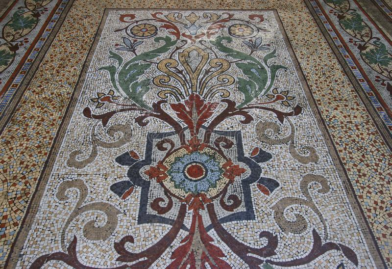 Ζωηρόχρωμο μωσαϊκό που κεραμώνει το floral σχέδιο στο ορθογώνιο πλαίσιο στοκ εικόνα