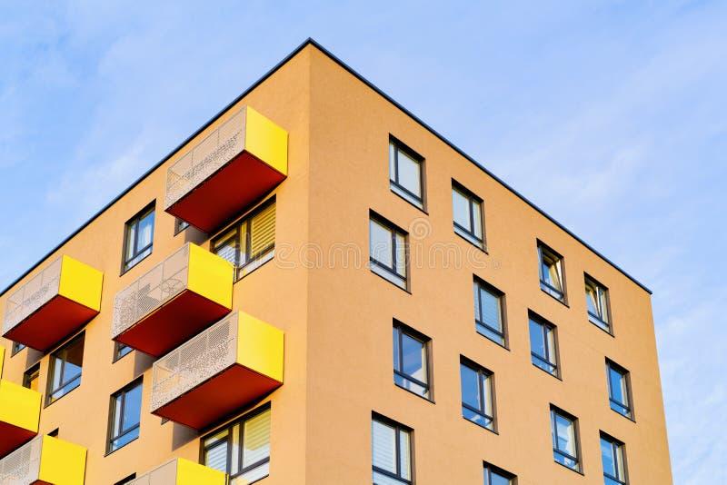 Ζωηρόχρωμο σπίτι διαμερισμάτων και σύγχρονο διάστημα αρχιτεκτονικής κατοικημένου κτηρίου σπιτιών στοκ φωτογραφία με δικαίωμα ελεύθερης χρήσης