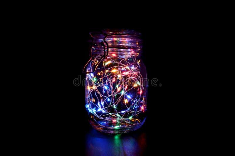 Ζωηρόχρωμο φως νεράιδων στο βάζο του Mason στοκ εικόνες