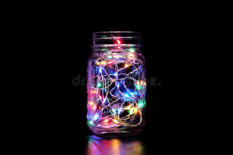 Ζωηρόχρωμο φως νεράιδων στο βάζο του Mason στοκ εικόνα