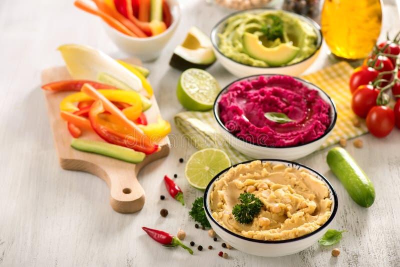 Ζωηρόχρωμο hummus με τα λαχανικά, vegan hummus πρόχειρων φαγητών, παντζαριών και αβοκάντο, χορτοφάγος κατανάλωση στοκ εικόνες