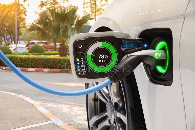 Ηλεκτρικό όχημα που αλλάζει στο χώρο στάθμευσης οδών με το γραφικό ενδιάμεσο με τον χρήστη, μελλοντική έννοια αυτοκινήτων της EV στοκ εικόνα