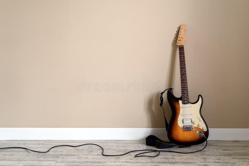 Ηλεκτρο κιθάρα με το καλώδιο στοκ φωτογραφία με δικαίωμα ελεύθερης χρήσης