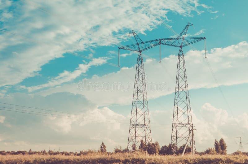 Ηλεκτρο πύργοι στα πλαίσια του ουρανού/ηλεκτρο πύργοι στα πλαίσια του ουρανού τονισμένος στοκ φωτογραφία με δικαίωμα ελεύθερης χρήσης