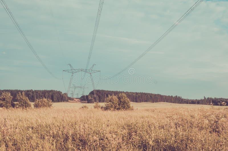 Ηλεκτρο πύργοι υψηλής τάσης/ηλεκτρο πύργοι υψηλής τάσης στα πλαίσια του ουρανού τονισμένος στοκ εικόνες με δικαίωμα ελεύθερης χρήσης