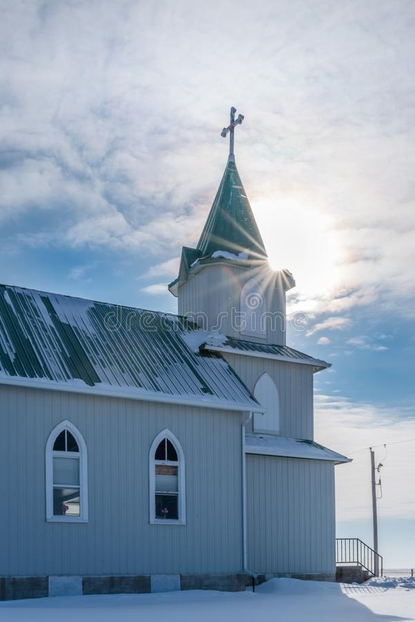 Ηλιαχτίδα πέρα από το καμπαναριό της ιστορικής λουθηρανικής εκκλησίας ειρήνης στοκ φωτογραφία με δικαίωμα ελεύθερης χρήσης