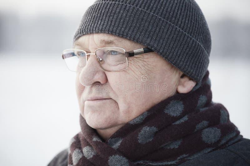 Ηλικίας χειμερινή κινηματογράφηση σε πρώτο πλάνο ατόμων στοκ εικόνα